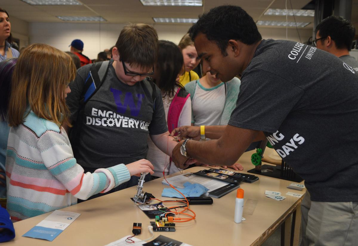 Gaurav Mukherjee helping students at the UW's Engineering Discovery Days