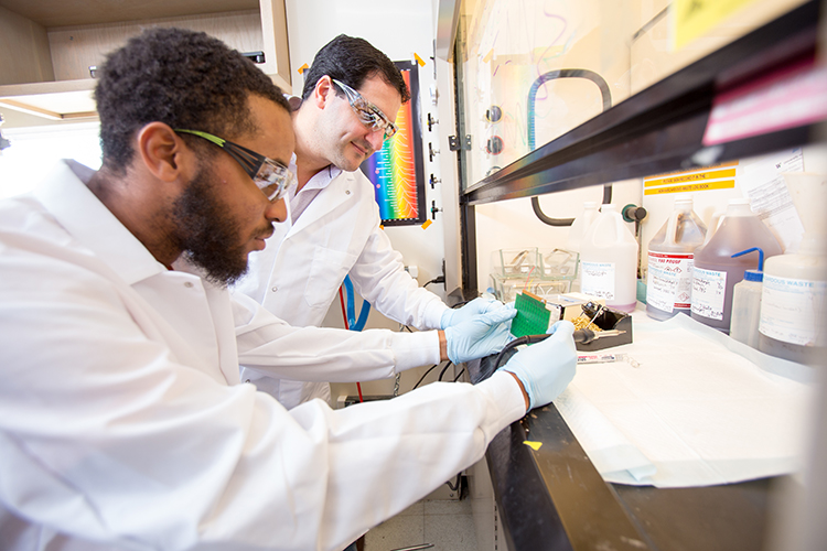Jesse Woodbury, CSNE REU summer program participant from Morehouse College, working in the lab with CSNE member, Dr. Rajiv Saigal, at the University of Washington